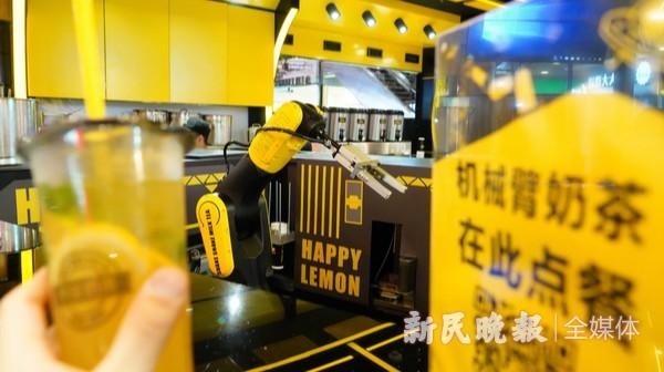 无人奶茶店沪上亮相 机器人90秒摇出一杯冰茶