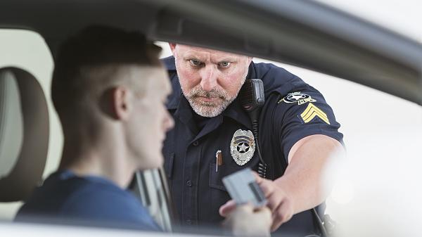 """驾照翻译件被说是假的 欧洲自驾游被罚 平台方:执勤警察""""误判"""""""