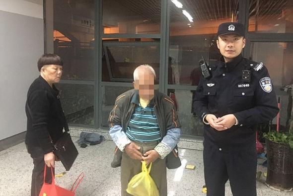 老人地铁内徘徊大小便失禁 民警帮他洗干净后找到了家人