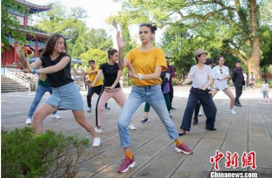 外国留学生江西龙虎山学习太极拳 感悟道家文化