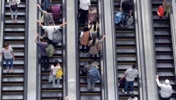 地铁新规引发争执!小伙一怒之下按停了电梯!