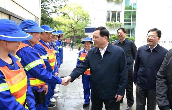 小长假第一天,李强书记体验清扫车,致敬劳动着的劳动者