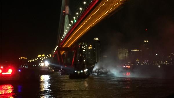 黄浦江近杨浦大桥段一船舶起火 相关部门仍在现场处置