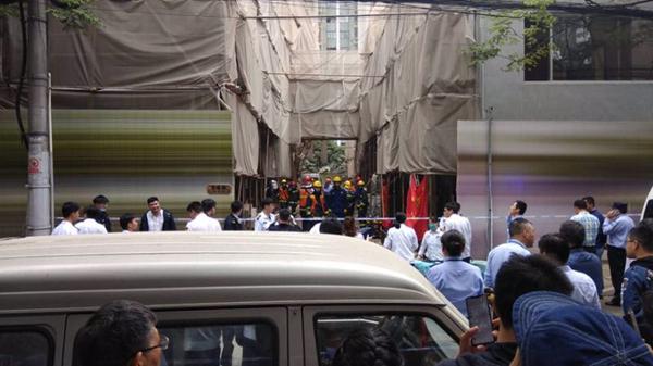 长宁区昭化路一改造建筑坍塌疑有人被困 现场已交通管制