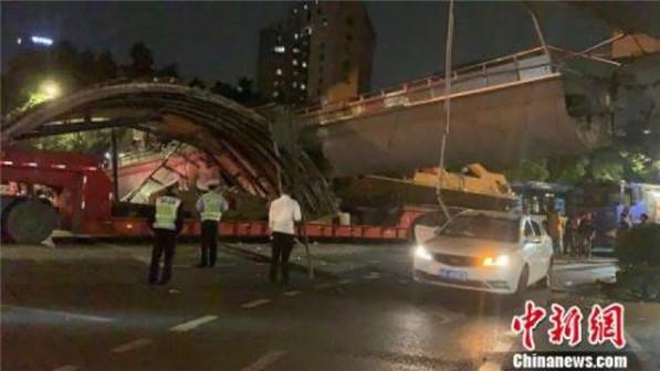 大货车超高碰撞致杭州一人行天桥垮塌 暂无伤亡