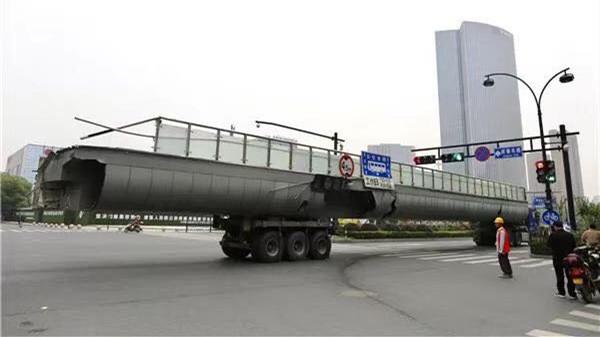 各方人员通宵工作!6:46,庆春路秋涛北路天桥被撞8个多小时后,事发道路恢复畅通