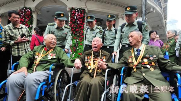 老战士重聚南京路 回忆当年解放上海路宿街头