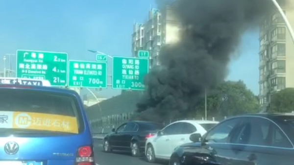 今晨中环两车追尾致出租车起火 中环外圈一度严重拥堵