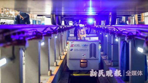 动车组检测机器人在沪投入使用