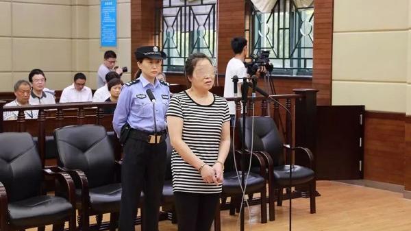 判了!抢夺公交车方向盘女子获刑3年半,已取消落户上海,事件细节曝光…