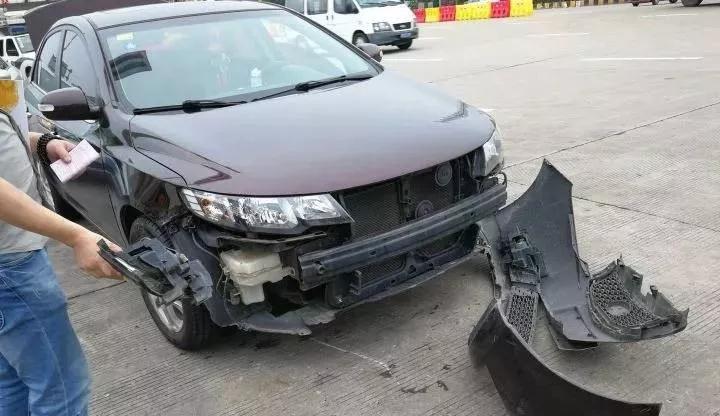 男司机穿高跟鞋开车被罚!大家都笑疯了!