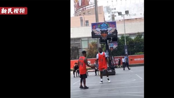 新民拍客 | 看!世界足球明星保罗·博格巴现身上海 化身篮球爱好者