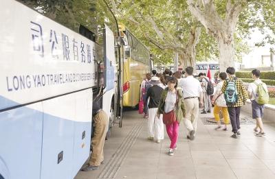 旅游巴士市中心乱停之困 居民:每天清晨被大巴吵醒