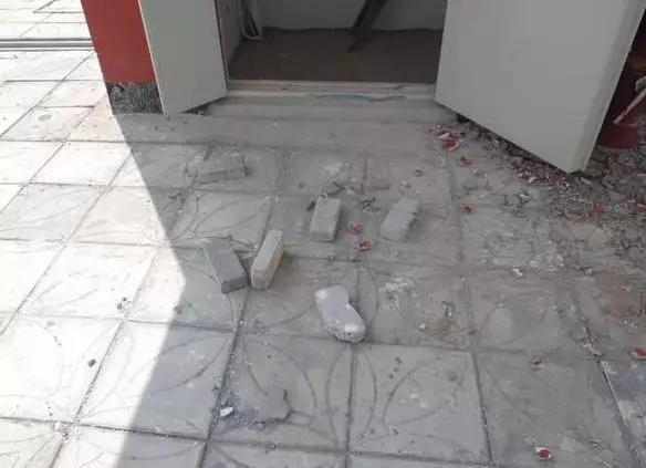 河南平顶山男子喝酒后从27楼扔下砖块,砸中小学生手背(图1)