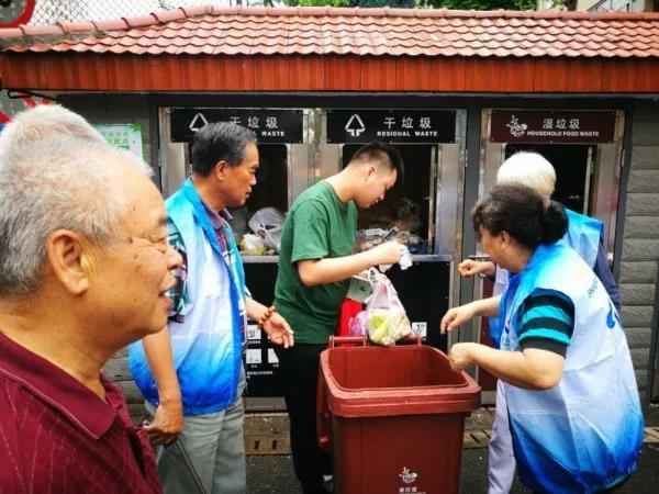 嚣张!上海33岁女子掐晕55岁志愿者阿姨后扬长而去!