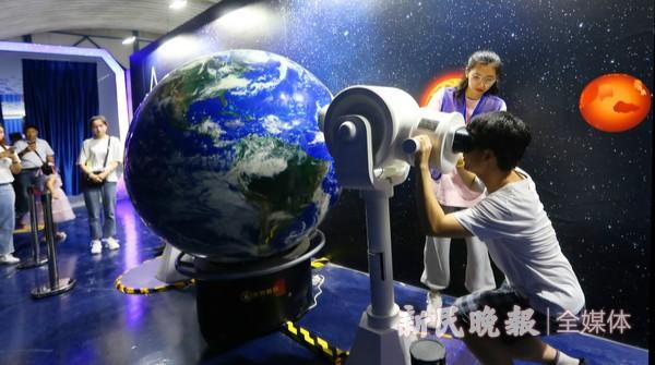 """""""生在宇宙""""中国航天艺术科技展开幕"""
