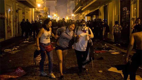 催泪弹、胡椒喷雾、橡皮子弹……向示威者砸去,这发生在美属领地