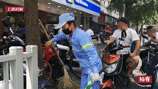 新民拍客 | 上海持续高温 环卫工五小时喝掉2.5升水