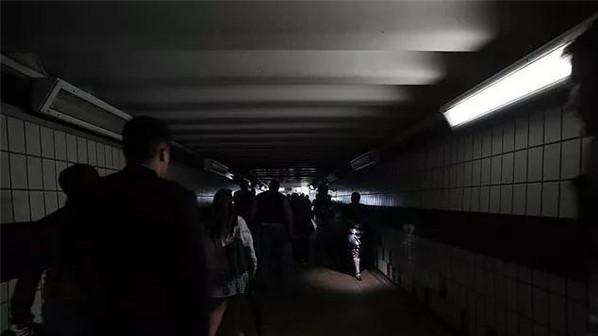 """红绿灯灭了、地铁停了...百万人受影响,英国上演2019最新""""灾难片""""——大停电!"""
