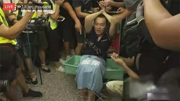 两名内地人在香港机场遭恐怖霸凌,全港不安,全国激愤,全球震惊!