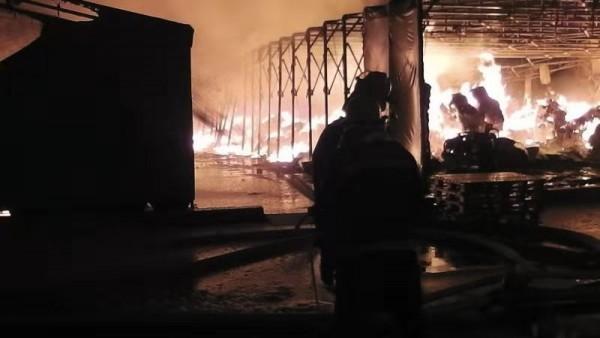 街摄 | 奉贤一农药厂发生火灾,3名消防员战斗中中暑送医