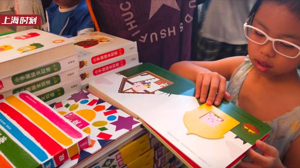 视频 | 7岁女孩每天阅读六小时 书比爸妈多