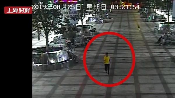视频 | 男子凌晨车站广场盯上熟睡旅客 刚偷手机即被抓