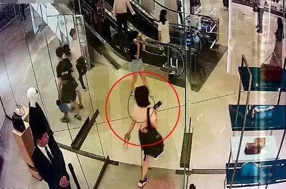 女子在上海逛街,看中了一款1.6万元的大牌包,竟在店员眼皮底下偷走了...