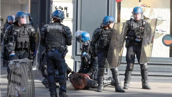 """上周末,为了抓在巴黎闹事的""""黄马甲"""",马克龙一口气派出7000名警察"""