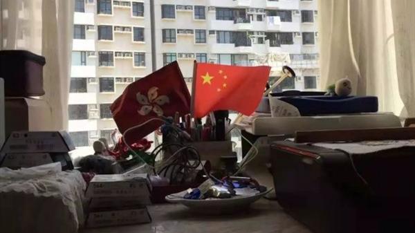 联欢会结束,这位香港同胞为何把一打小国旗带回家?