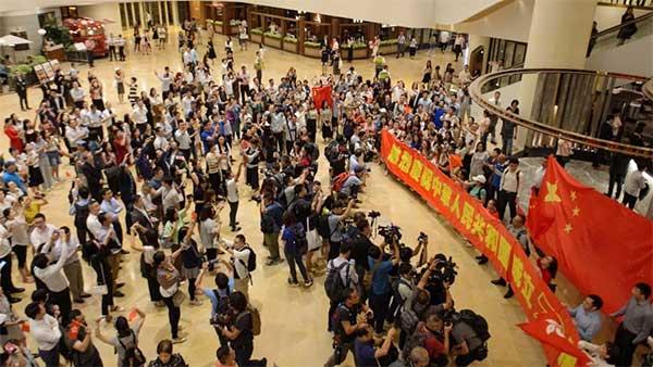 """在香港,他们这样与国旗""""同框"""""""