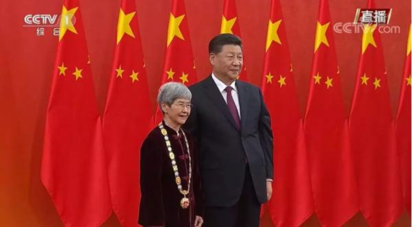 """园南小学""""红领巾""""致敬樊锦诗奶奶"""
