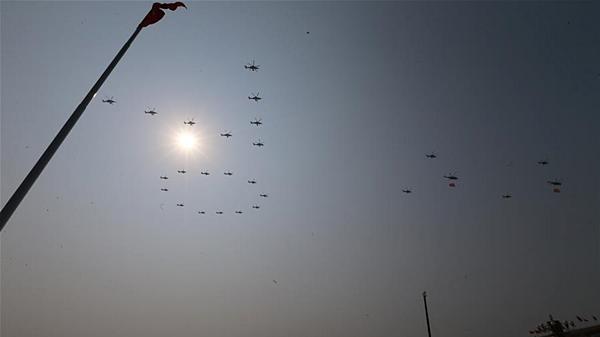 空中护旗梯队拉开阅兵分列式序幕