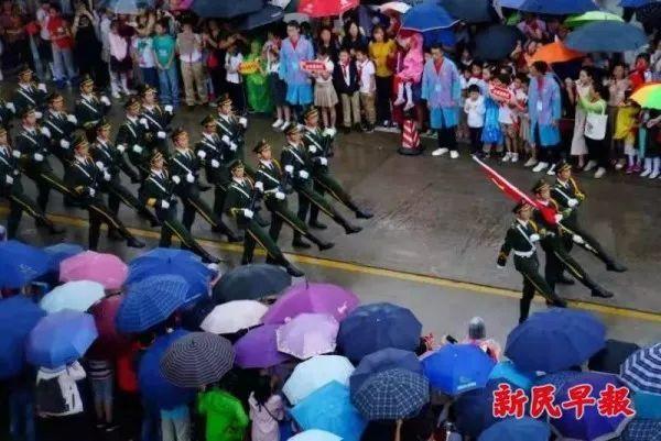 """台风""""米娜""""今晨越过上海同纬度,大风蓝色预警维持;国庆这些瞬"""