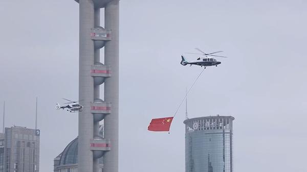 视频 | 今天!警航直升机悬挂国旗低空飞越申城,你看见了吗?