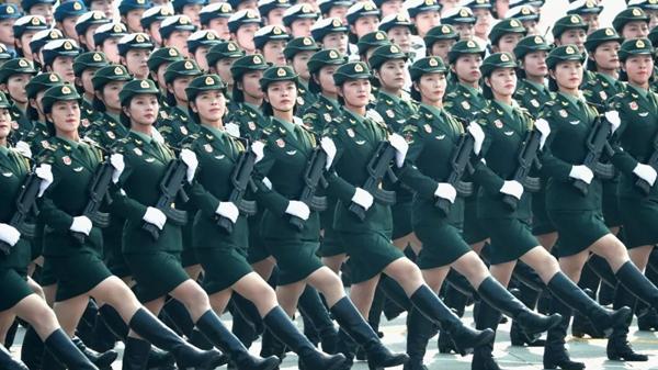 """阅兵式上女兵颜值为什么这么高?原来是用了""""上海制造"""""""