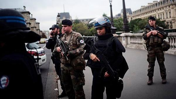 悲催的巴黎警察!一名极客技术员持刀行凶,刺死4名警员,他曾是优秀雇员,行凶是因为...