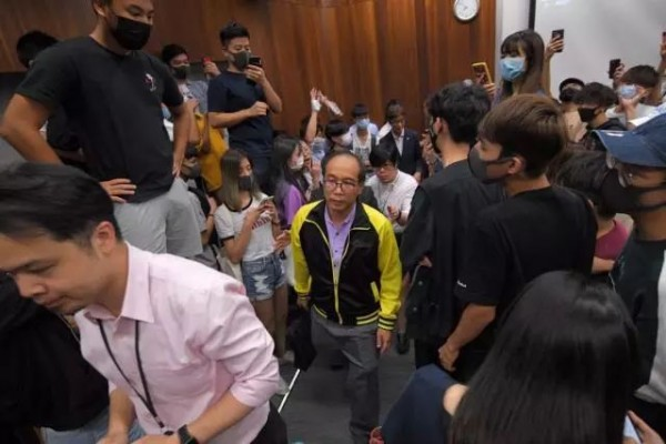 不让警察进入、调离反暴力老师岗位,香港理工岂能如此行事?