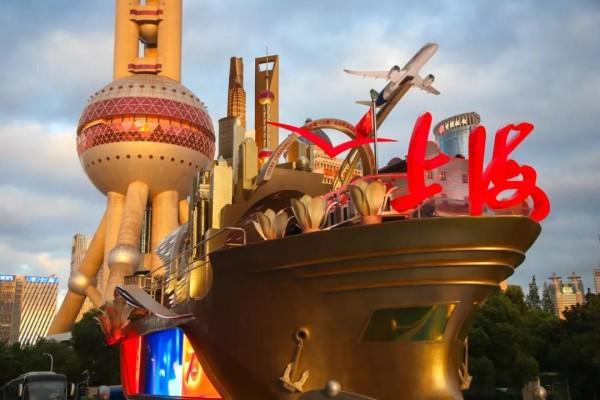 """和阿拉""""奋进上海""""彩车合影,你只有不到一个月时间啦!周末速度走起~奋进上海彩车回上海啦!晚上亮灯,快去打卡~"""