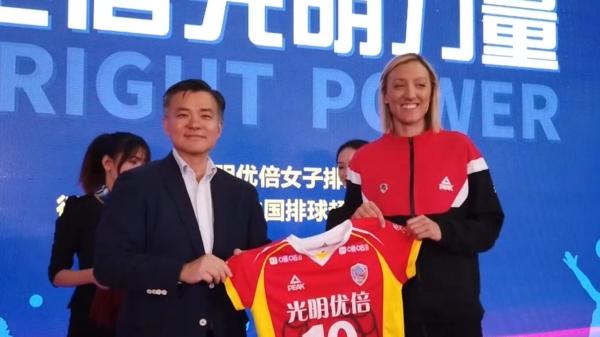 视频   上海女排出征新赛季 新外援获赠球衣队徽
