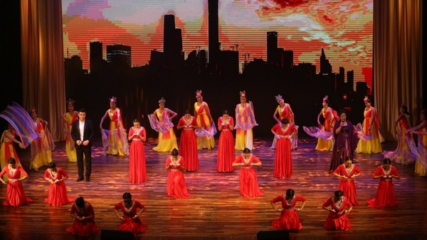 """《浦江叶河万里情》文化交流演出和""""大美莎车""""图片展在上海浦东拉开帷幕"""