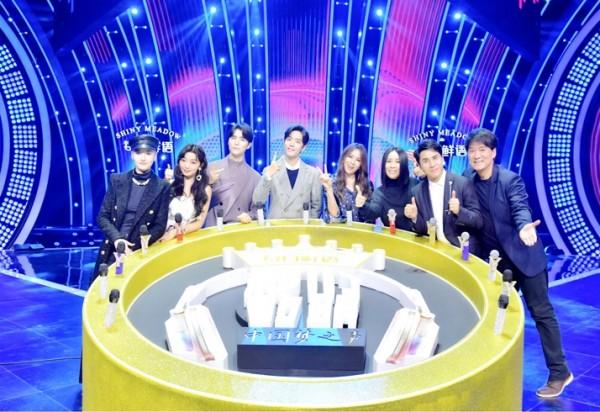 每日鲜语独家冠名东方卫视《我们的歌》,诠释鲜活代际潮音,唱出青春样