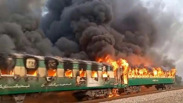 外媒:巴基斯坦一火车起火,已致62死