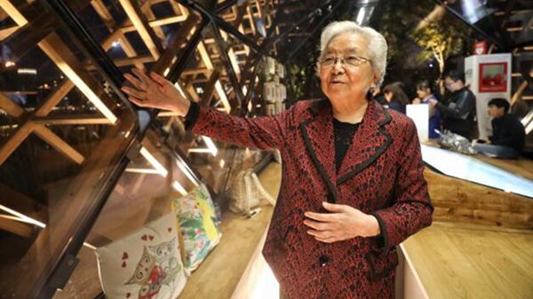 """看到""""爱心照片墙""""开怀大笑,群众回忆总书记来到杨浦滨江的暖心瞬间"""