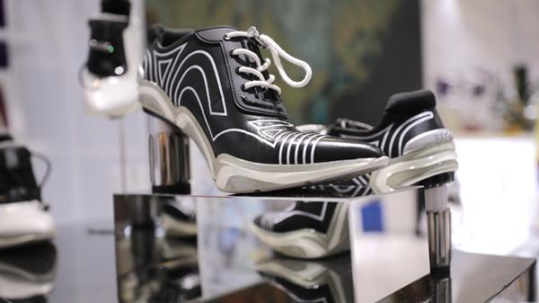 视频 运动鞋?高跟鞋!进博会发布能跑的高跟鞋