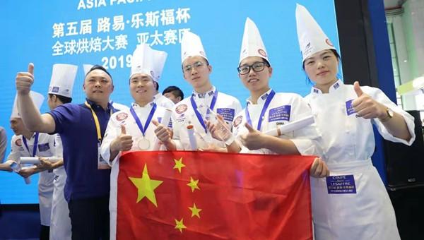 """视频   25公斤面粉,耗时8小时! 中国队进博会上获烘焙""""世界杯""""入场券"""