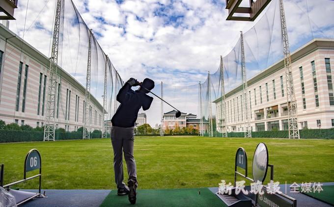 挥杆英姿潇洒  校园高尔夫高手过招
