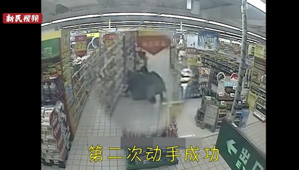 """视频   就怕贼惦记!女子手机不翼而飞,厚外套竟是""""可乘之机"""""""