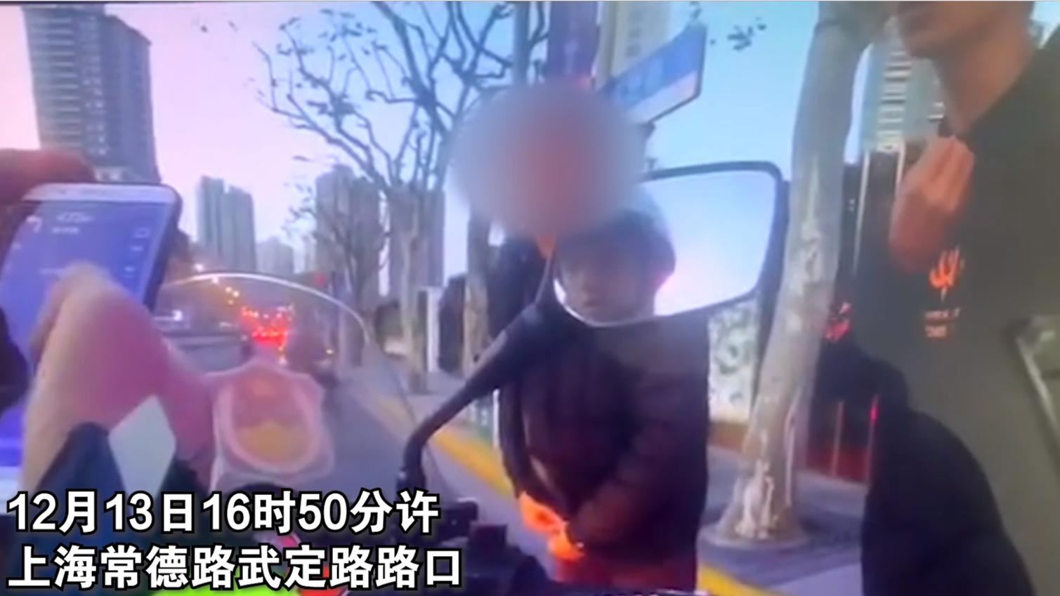 视频 | 孩子误吞硬币家长街头求助 上海交警拉响警报开道护送
