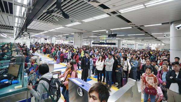 深圳湾口岸迎来大批香港游客,入境大厅被挤爆